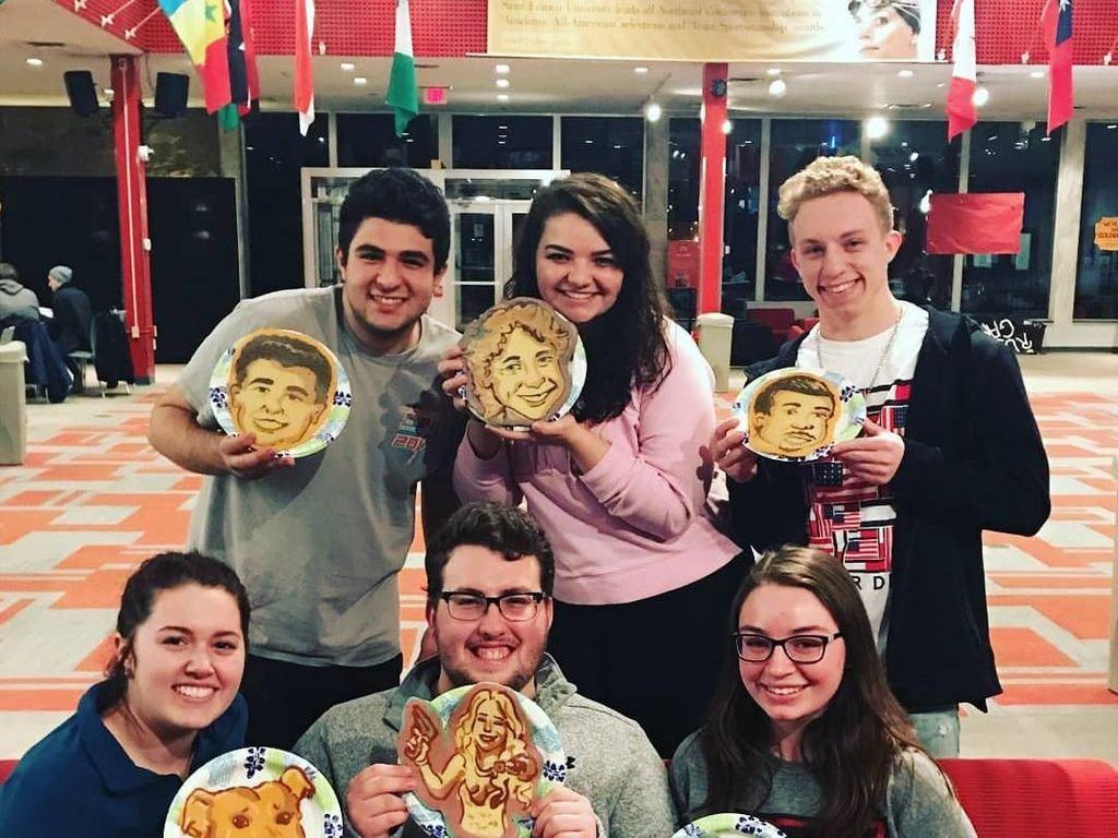 Ini salah satu keseruan saat Dancakes diundang sebagai pengisi acara di sebuah kampus di Amerika. Semua mahasiswa nampak memegang pancake hasil karyanya sendiri. Foto: Instagram drdancake