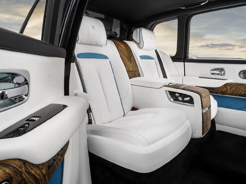 Seperti singgasana raja, ada dua konfigurasi berbeda di sana. Konfigurasi Layout Lounge Seat yang memberi ruang untuk penumpang ketiga dengan menyisakan satu kursi yang dapat terlipat bila tidak dibutuhkan. Atau bisa pilih Individual Seat yang lebih menawarkan kemewahan personal dengan dua kursi terpisah ditengahi konsol besar yang terdapat cabinet untuk menaruh gelas, botol whisky serta kulkas. Foto: Dok. Rolls-Royce