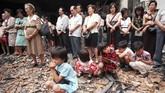 Anak-anak penganut agama Kristen duduk di reruntuhan gereja dan mengikuti kebaktian pada pada 29 November 1998. Kerusuhan 1998 juga menyebabkan 22 gereja di Jakarta dirangsek massa dan dihancurkan. (AFP PHOTO/KEMAL JUFRI)