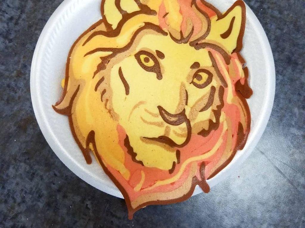 Proses pembuatan pancake diawali dengan membuat pola di atas pan memakai adonan warna hitam. Selanjutnya adonan warna lain disesuaikan hingga jadi bentuk yang diinginkan seperti Lion ini. Foto: Instagram drdancake