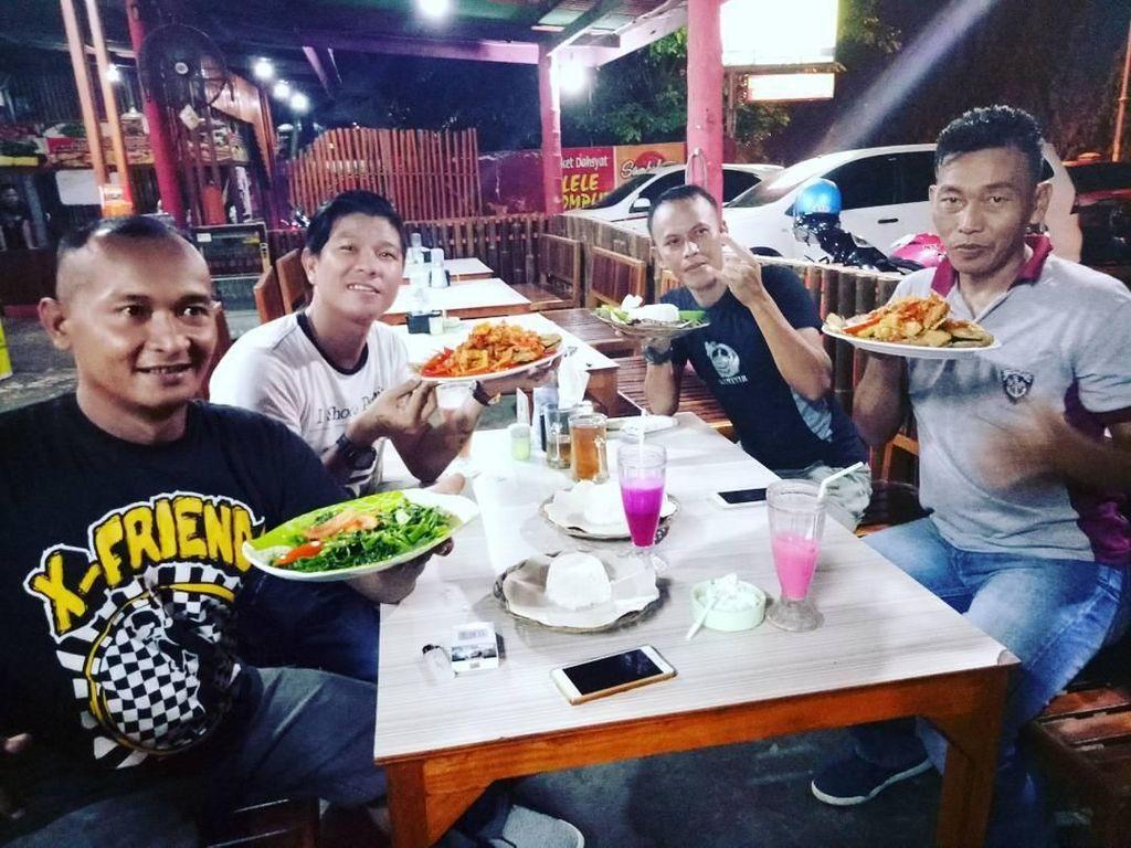Penyanyi kelahiran tahun 1983 ini, kini lebih sering dipanggil dengan sebutan Babang Tamvan, ia juga gemar menyantap hidangan seafood bersama teman-temannya. Foto: Instagram @andikangen_ningrat