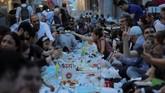 Beragam makanan dan minuman berbuka puasa dijual di kawasanIstiklal,Istanbul, Turki. (REUTERS/Huseyin Aldemir)