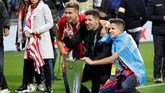 Diego Simeone merayakan gelar Liga Europa 2018 bersama keluarganya. Pelatih asal Argentina itu sebelumnya juga berhasil membawa Atletico juara Liga Europa pada 2012. (REUTERS/Christian Hartmann)