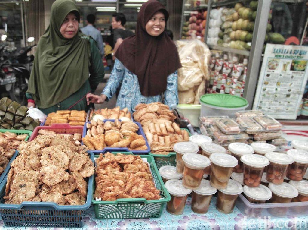 Ragam kuliner seperti kolak, gorengan, jajanan pasar hingga makanan berat berderet di sepanjang jalan menggugah menjadi teman berbuka puasa.