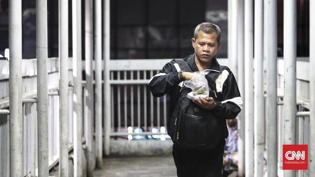 Ada kalanya berbuka pun dilakukan dalam ketergesaan, di sela-sela mengejar bus Transjakarta atau moda transportasi lainnya. (CNN Indonesia/Andry Novelino)