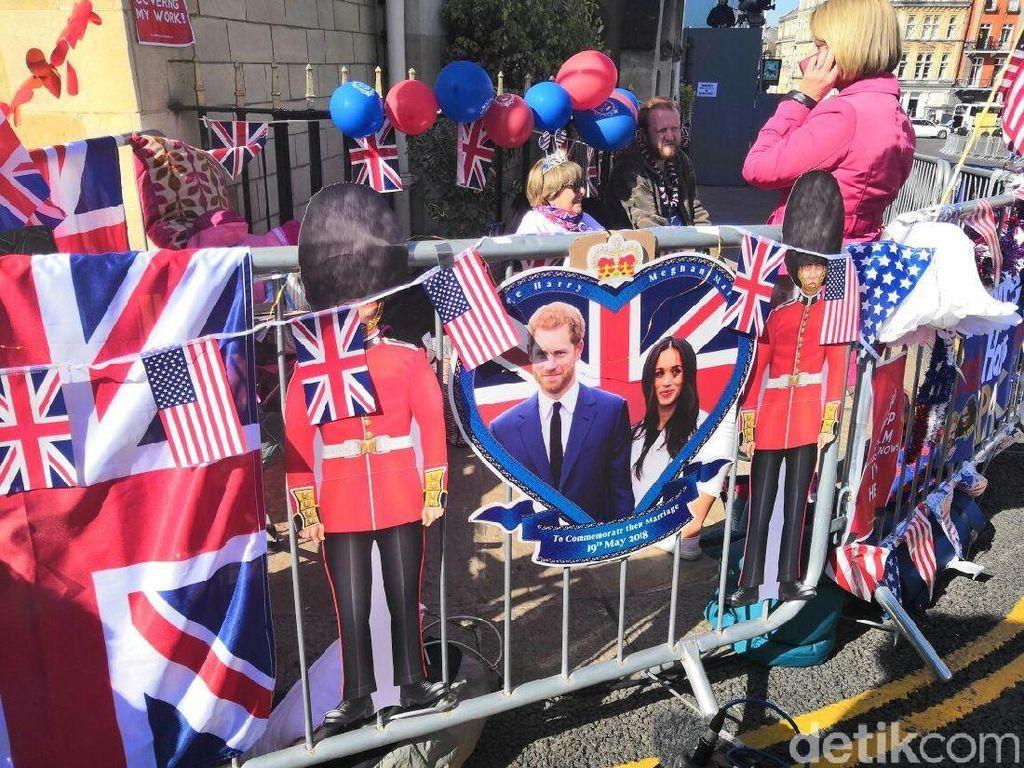 Semua itu mereka lakukan demi mendapatkan posisi strategis di depan Kastil Windsor. Pangeran Harry dan Meghan Markle akan mengikat janji setia di Kapel St George yang ada di kompleks kastil tersebut lalu keluar untuk menyapa warga.