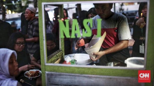 Mulai hari ini, 17 Mei 2018, umat muslim di Indonesia menjalankan ibadah puasa. Di tengah kepadatan dan keriuhan Jakarta, banyak yang harus berbuka puasa di jalanan, misalnya saja di jalan kawasan plaza Semanggi ini. Seporsi nasi goreng hangat pun menjadi pilihan untuk makanan berbuka. (CNN Indonesia/Andry Novelino)