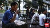 Di bulan puasa di Indonesia, sore hari menjadi waktu yang sangat riuh dengan berbagai penjaja makanan kecil memadati jalanan berbagai kota. Mulai dari kolak pisang, es buah, goreng-gorengan, hingga minuman bersoda dijajakan untuk memikat mereka yang mencari alternatif buka puasa. (CNN Indonesia/Andry Novelino)