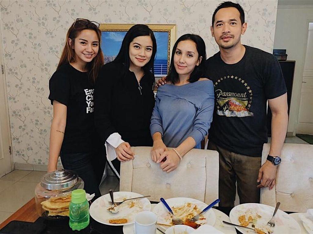 Main ke rumah Titi Kamal, Kirana dan Okka Antara terlihat habis makan bersama. Lihat saja tuh tumpukan piring kotornya di depan, hihi... Foto: Instagram kiranalarasati