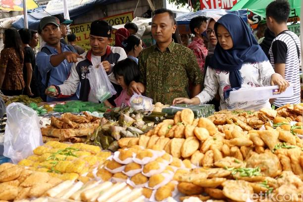 Potret Pasar Takjil Benhil Jelang Buka Puasa