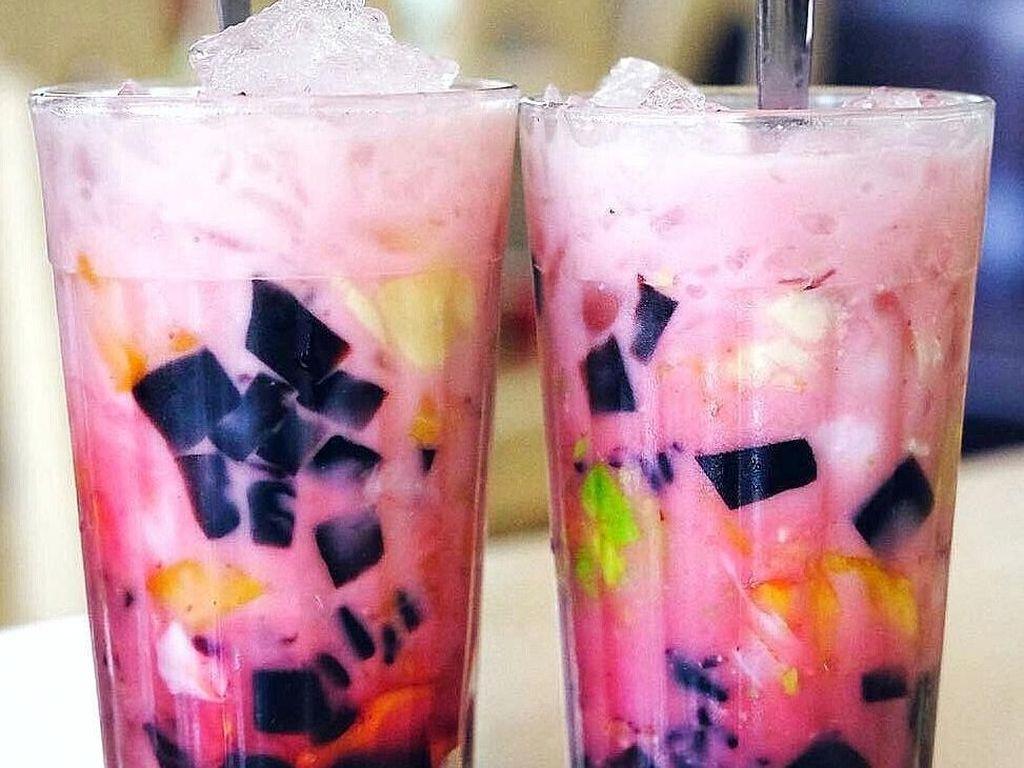 Walau sudah sering kita lihat di kantin atau pun restoran, tapi sore ini pasti kita lihat dua gelas es campur ini dengan tatapan berbeda. Eits, masih jam puasa! Foto: Instagram @jogjabikinlaper Foto: Istimewa