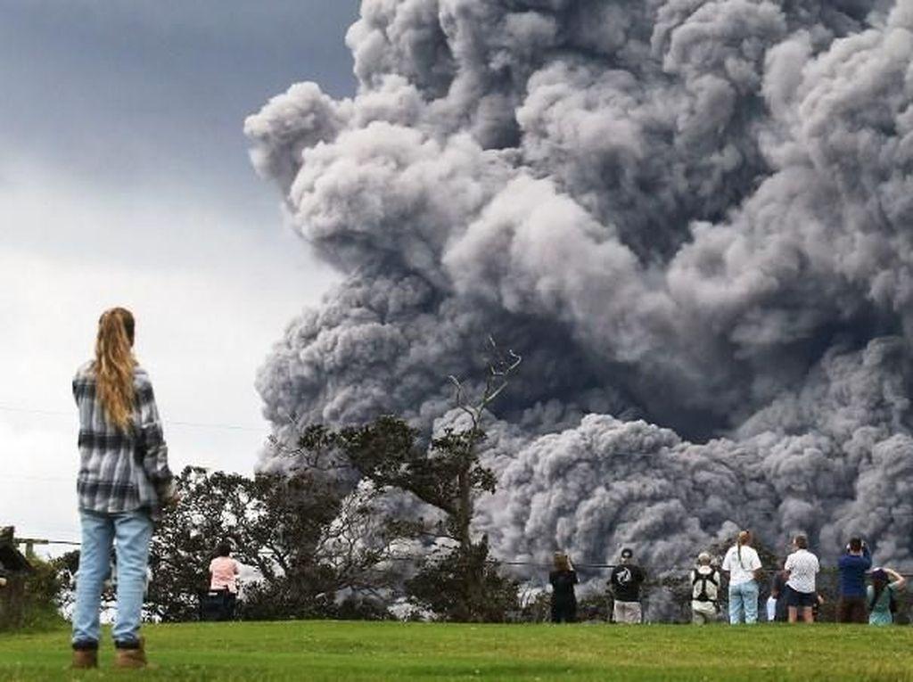 Asap yang melambung ke udara jadi tontonan warga dan para pemain golf. (Mario Tama/Getty Images/AFP)