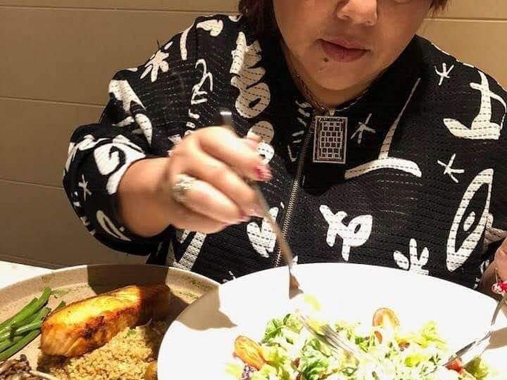 Caesar salad kayaknya jadi menu favorit nih. Sepiring salad jadi makanan pembuka, sementara makanan utamanya tetap nasi dengan salmon panggang. Foto: Instagram