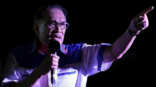 Mantan Wakil Perdana Menteri Malaysia Anwar Ibrahim merayakan kebebasan bersama para pendukungnya di Kuala Lumpur, Malaysia, Rabu (16/5). (REUTERS/Stringer)