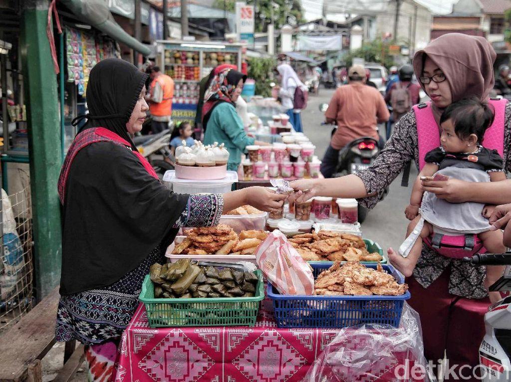 Belum lagi para pedagang makanan ringan, seperti gorengan dan jajanan pasar. Dalam 1 hari mereka mampu menjual makanan tersebut hingga 50 buah dengan harga seribu rupiah per satu buah gorengan atau jajanan pasar.