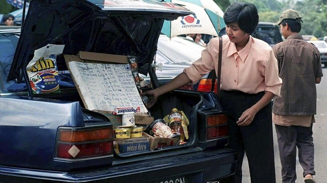 Susiana adalah salah satu korban krisis moneter 1998. Ia dipecat dari sebuah bank pada awal tahun dan kemudian terpaksa berjualan kelontong menggunakan bagasi mobilnya. Krisis moneter saat itu adalah yang terparah sejak 1966 silam dengan inflasi mencapai 60 persen. (EN/TAN/JDP - RP1DRIFUASAC)
