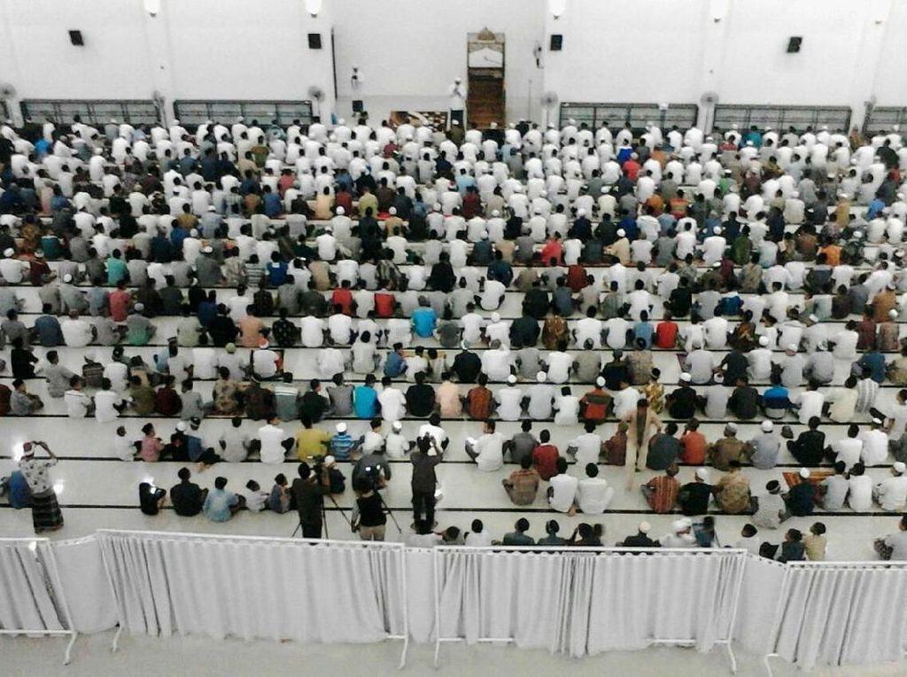 Ratusan jamaah sudah mulai melakukan sholat tarawih tadi malam (16/5) di Masjid At Taqarrub. Istimewa/Kementerian PUPR.