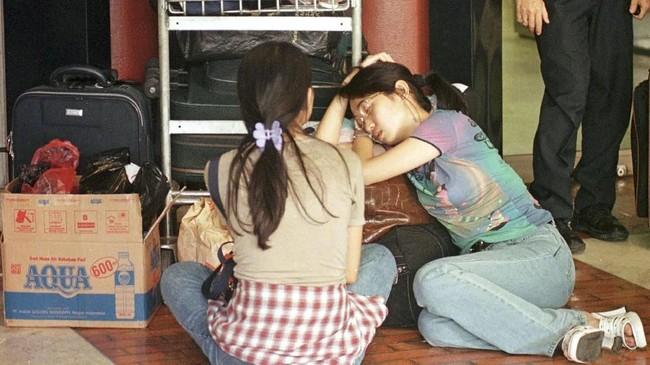 Di Bandara Soekarno-Hatta, dua remaja etnis Tionghoa menunggu pesawat yang bisa membawa mereka keluar dari Indonesia. Pada 1998, bandara memang dipenuhi masyarakat Indonesia yang berusaha ke luar negeri untuk mencari perlindungan dan rasa aman. (DL/TAN/WS - RP1DRIEHEMAB)