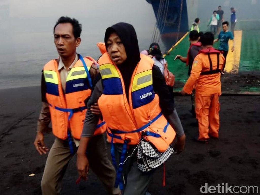 Penumpang dan ABK dievakuasi dari atas kapal.