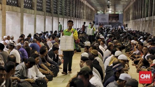 Satu alternatif yang bisa dipilih bagi Anda yang berada di jalan ketika waktu berbuka puasa tiba adalah masjid yang biasanya menyediakan takjil. Misalnya saja di Istiqlal yang setiap harinya membagikan ribuan porsi makanan pembuka bagi penduduk ibu kota. (CNN Indonesia/Hesti Rika)