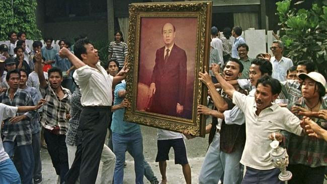Massa yang mengamuk melampiaskan kemarahan mereka pada potret orang terkaya di Indonesia saat itu, Lim Sioe Liong. Krisis moneter 1998 bukan hanya memicu kepanikan, tapi juga kerusuhan yang berujung pada penjarahan toko-toko dan juga kekerasan pada etnis Tionghoa. (PBEAHUMCCFC)