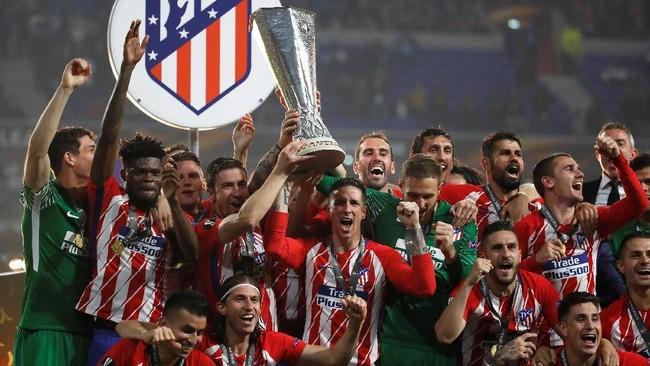 Para pemain Atletico Madrid mengangkat trofi Liga Europa ketiga sepanjang sejarah klub. Sebelumnya, Atletico juga menjadi juara kompetisi klub kasta kedua Eropa itu pada 2010 dan 2012. (REUTERS/Christian Hartmann)