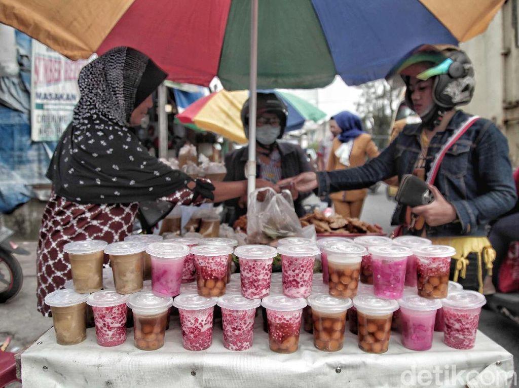 Hasil penjualan yang menggiurkan tentu membuat banyak warga menjadi penjual takjil mendadak selama bulan puasa dan menyulap jalanan menjadi karnaval takjil.