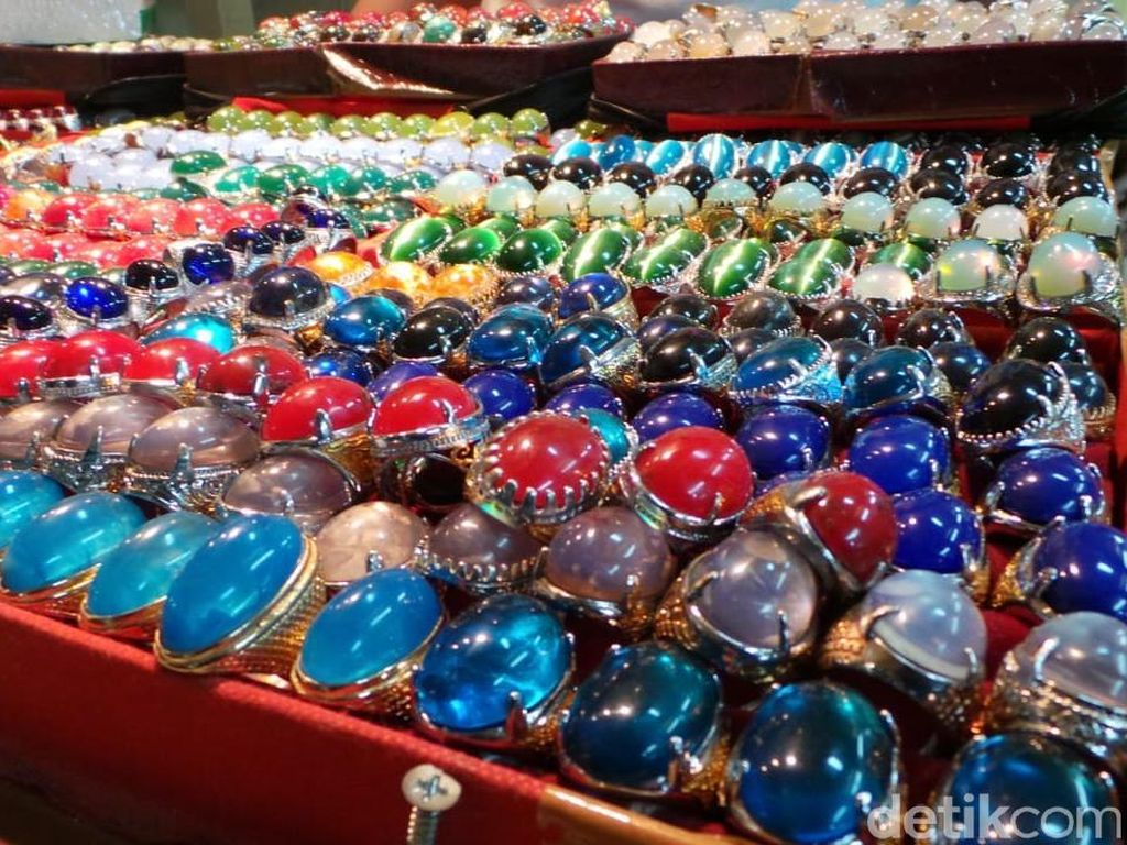 Beberapa batu seperti Kalimaya juga dijual dengan harga Rp 2 juta, Kecubung yang didatangkan langsung dari Kalimantan juga dijual dengan harga Rp 2 juta. Ada pula batu safir dari Srilanka yang dijual dengan harga Rp 5 juta.