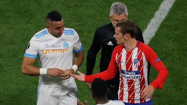 Antoine Griezmann yang merupakan rekan setim Dimitri Payet di timnas Prancis coba menghibur mantan pemain West Ham United itu. Payet berpeluang gagal memperkuat Prancis di Piala Dunia 2018. (REUTERS/Vincent Kessler)