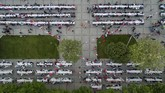 Suasana berbuka puasa pertama di Sultanahmet Square, Istanbul, Turkii, Rabu (16/5). (Anadolu Agency/Muhammed Enes Yıldırım)