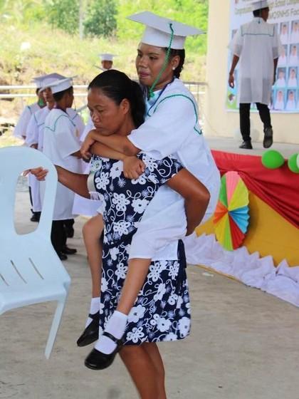Viral Ibu Gendong Putri yang Lumpuh Saat Wisuda Bikin Netizen Nangis