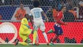 Penyerang Atletico Madrid Antoine Griezmann membuka keunggulan pada menit ke-21 setelah memanfaatkan blunder pemain Marseille Andre Angguisa. (REUTERS/Christian Hartmann)