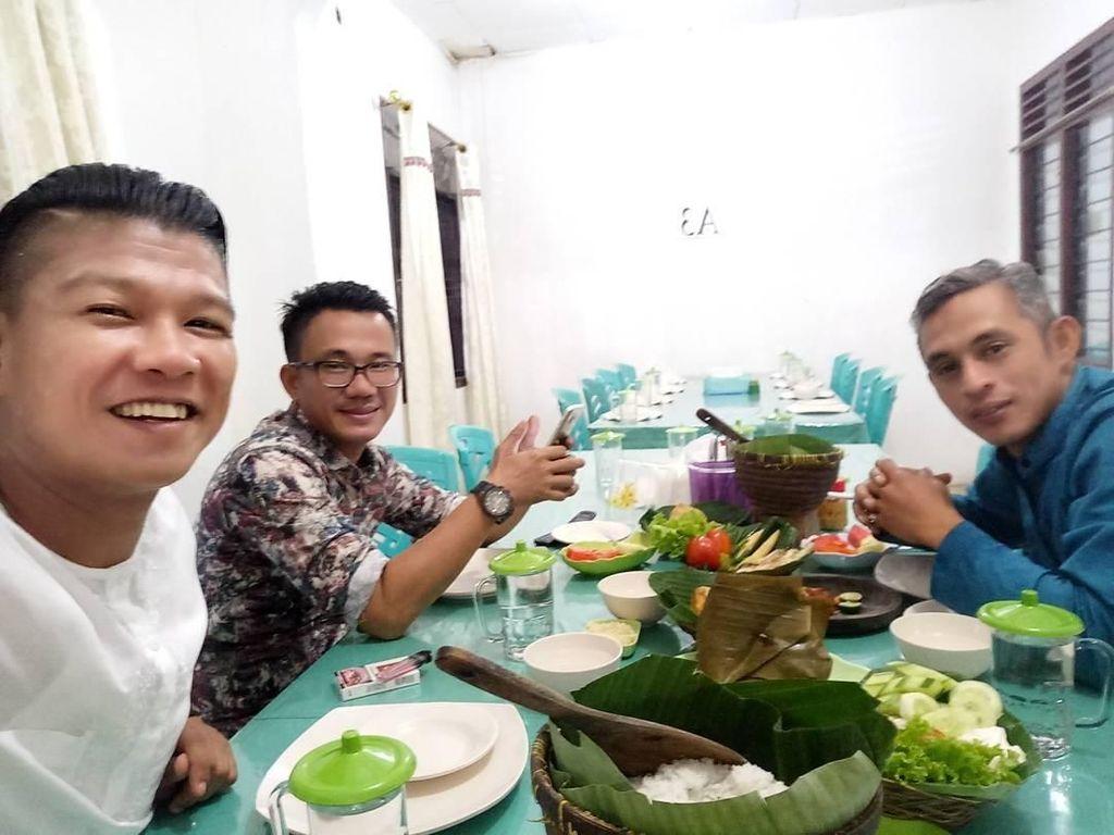 Tidak perlu diragukan lagi bahwa Andika memang suka makanan khas Indonesia. Ini pose tamvannya saat makan malam bareng teman-temannya. Foto: Instagram @andikangen_ningrat