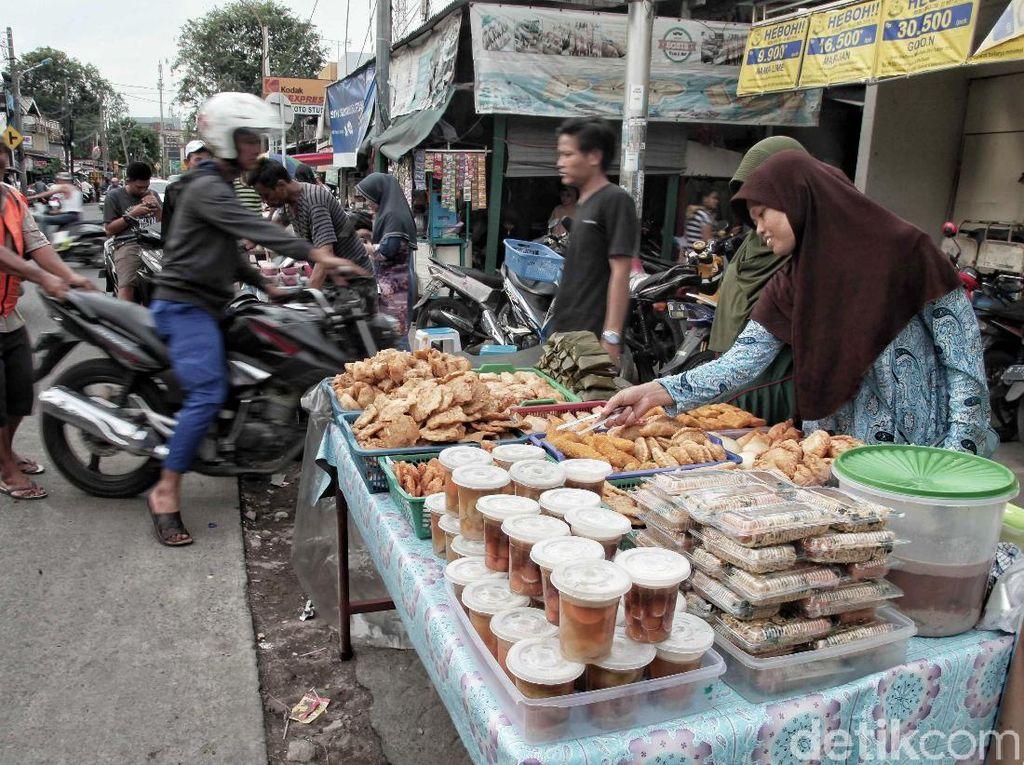 Sejumlah warga menjual takjil di kawasan Jalan Enim Raya, Sungai Bambu, Jakarta Utara, Kamis (17/5). Memasuki Bulan Suci Ramadan, banyak warga yang menjadi penjual takjil (menu berbuka puasa) guna mencari rezeki di bulan Ramadan.