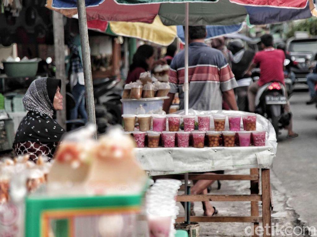 Maraknya pasar kaget takjil selama bulan Ramadan tentu tidak hanya memberikan keuntungan bagi para penjual ataupun pencari takjil. Terkadang ramainya warga yang membeli takjil membuat jalanan sekitar menjadi macet. Oleh karena itu, berbelanja takjil dengan tertib dan hati-hati harus tetap diutamakan.