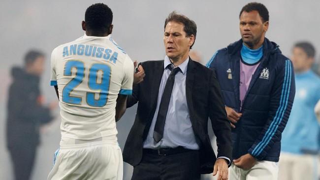 Pelatih Marseille Rudi Garcia coba menghibur pemainnya, Andre Anguissa, yang melakukan blunder saat gol pertama Atletico Madrid. (REUTERS/John Sibley)