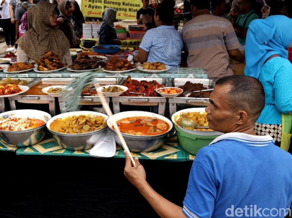 Tak hanya jajanan, di Pasar Takjil ini juga tersedia aneka menu masakan olahan.