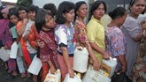 Ibu-ibu rumah tangga berbaris di sebuah toko di Jakarta pada 11 Februari, mengantre minyak goreng murah. Kemerosotan nilai tukar rupiah pada dolar AS membuat harga-harga sembako meroket tajam dan memicu kepanikan di masyarakat selama berbulan-bulan. (Reuters/INDONESIA OIL - RP1DRIFPPZAI)