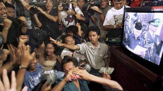 Mahasiswa bersorak-sorai ketika menyaksikan peristiwa mundurnya Soeharto sebagai Presiden Republik Indonesia lewat sebuah layar televisi. Di tengah-tengah krisis politik dan krisis ekonomi, masa kejayaan Soeharto yang telah berlangsung 32 tahun pun berakhir. (DL/JO/ME - RP1DRIEREGAB)
