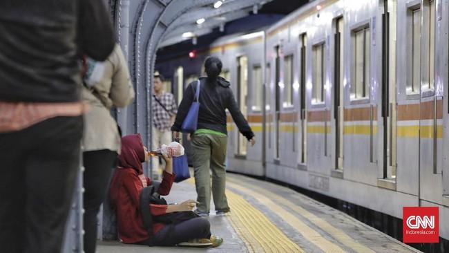 Bukan hanya di pinggir jalan, para penumpang KRL komuterline pun berbuka puasa di sela-sela aktivitas mereka menunggu jadwal keberangkatan di Stasiun Jakarta Kota. Memilih berbuka di tempat lain berarti merelakan sampai di rumah lebih malam. (CNNIndonesia/Adhi Wicaksono)