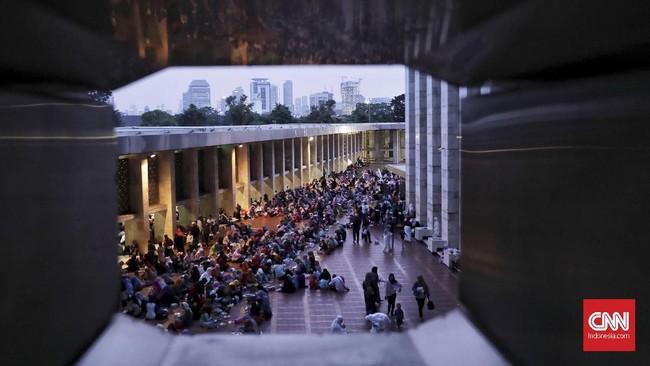 Berdasarkan keterangan petugas, selama Ramadan panitia Masjid Istiqlal menyediakan takjil sekitar 3.500 porsi untuk Senin hingga Kamis, dan jumlah ini bertambah menjadi 4.500-6.000 porsi pada Jumat hingga Minggu. (CNN Indonesia/Hesti Rika)