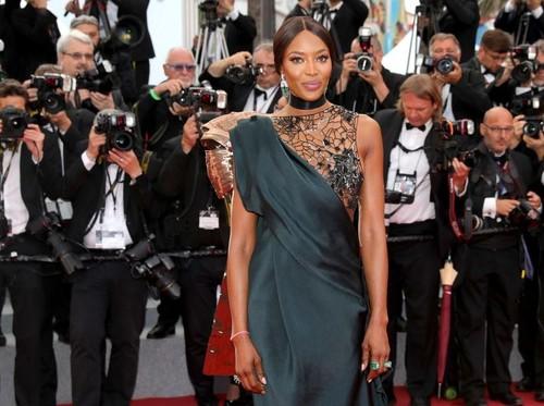 Di Usia 47, Supermodel Kontroversial Ini Curi Perhatian di Red Carpet Cannes