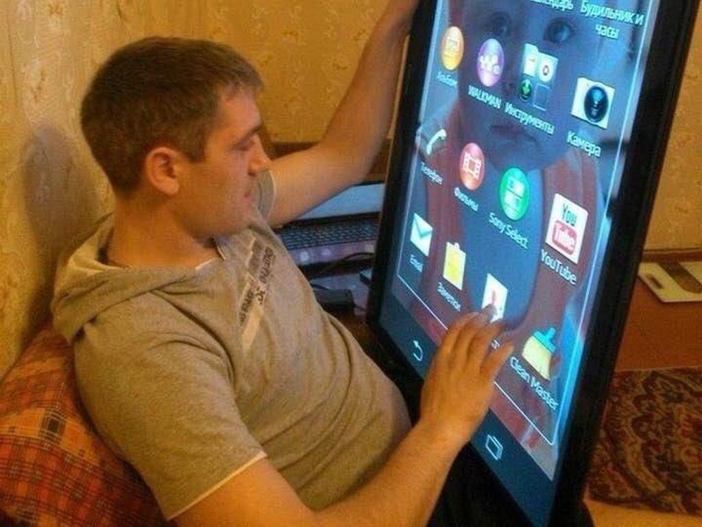 Tablet kamu ukurannya kurang besar? Mungkin yang satu ini cocok buat kamu. (Foto: Twitter/PicturesFoIder)