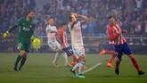 Atletico Madrid sempat berada dalam tekanan Marseille di awal babak pertama. Salah satu peluang emas didapat penyerang Valere Germain setelah menerima umpan Dimitri Payet, tapi tendangannya menyamping. (REUTERS/Gonzalo Fuentes)