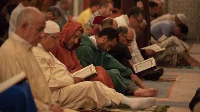Umat Muslim membaca Al-Qur'an sebelum melakukan Salat Tarawih di Masjid Lalla Sokaina di Rabat, Maroko, Rabu (16/5). (Anadolu Agency/Jalal Morchidi)