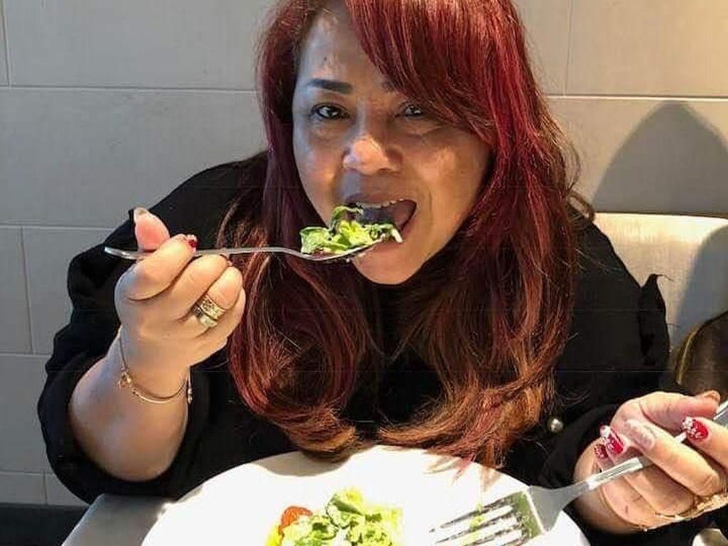 Lagi-lagi menyantap sepiring salad segar nih. Nyam! Lagi diet kayaknya nih soalnya makan salad terus. Semangat ya Mbak Nunung. Foto: Instagram