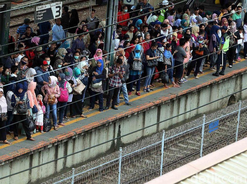 Ratusan orang tampak berjejal di stasiun Tanah Abang berebut kereta tujuan pulang.