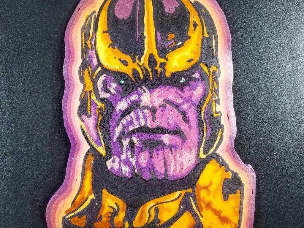 Mengikuti tren, kreasi pancake Dancakes ini berwujud Thanos dari Avengers: Infinity War. Bentuk dan warna pancake dibuat detail hingga berwujud 2 dimensi seperti ini. Foto: Instagram drdancake