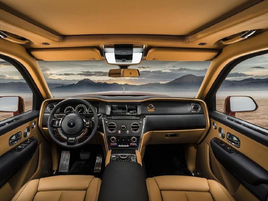 Masuk ke dalam, sajian kemewahan luar biasa dari sebuah SUV sangat terpancar khususnya pada kursi baris kedua. Karena penggunanya pasti duduk di kursi tersebut (punya jasa sopir). Foto: Dok. Rolls-Royce
