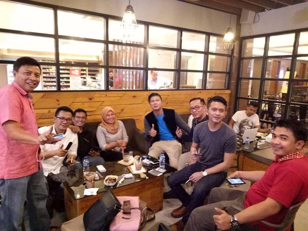 Andika juga sering lho bersilaturahmi dengan ngumpul bareng teman serta rekan kerja, sekaligus ngopi dan makan bersama. Foto: Instagram @andikangen_ningrat